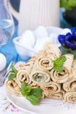 Crêpes faites maison avec la menthe et la chaux Pâtisseries russes traditionnelles de ressort Petit déjeuner délicieux de famille Images libres de droits