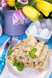 Crêpes faites maison avec la menthe et la chaux Pâtisseries russes traditionnelles de ressort Petit déjeuner délicieux de famille Photographie stock