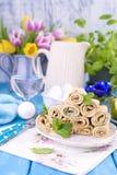 Crêpes faites maison avec la menthe et la chaux Pâtisseries russes traditionnelles de ressort Petit déjeuner délicieux de famille Photo libre de droits