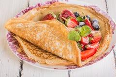 Crêpes faites maison avec les baies et le fruit Photo stock