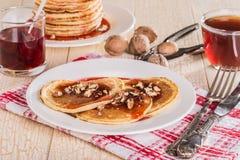 Crêpes faites maison avec les noix et la confiture de fraise Image libre de droits