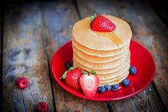 Crêpes faites maison savoureuses avec des fraises, des myrtilles et l'érable photos libres de droits