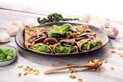 Crêpes faites maison savoureuses de champignon et d'épinards avec du fromage et l'avoc photos libres de droits