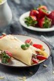 Crêpes fraîches de fraise avec la feuille en bon état Photos stock