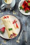 Crêpes fraîches de fraise avec la feuille en bon état Image libre de droits
