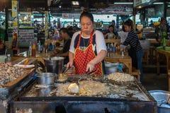 Crêpes frites de moule (Hoi Tod) à la nourriture thaïlandaise de rue Photo stock