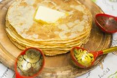 Crêpes minces russes avec du beurre de fonte sur le dessus images stock