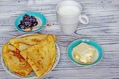 Crêpes nouvellement préparées pour la confiture proche de petit déjeuner, un verre de mil images stock