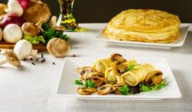 Crêpes ou blini russes chaudes avec des champignons Photographie stock