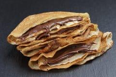Crêpes ou blinis minces avec de la crème de chocolat images stock