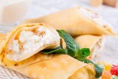 Crêpes roulées avec le fromage blanc Photos stock