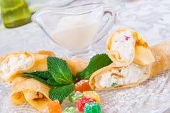 Crêpes roulées avec le fromage blanc Images libres de droits
