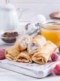 Crêpes roulées par bonbon avec le fromage blanc Photo libre de droits