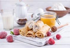 Crêpes roulées par bonbon avec le fromage blanc Image stock
