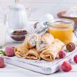 Crêpes roulées par bonbon avec le fromage blanc Photos libres de droits