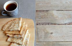 Crêpes russes de style et espace vide Maslenitsa de vieux fond en bois de thé Photo libre de droits
