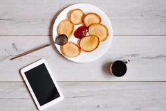 Crêpes savoureuses avec la tasse de café photos libres de droits