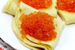 Crêpes savoureuses avec le caviar mou Photo libre de droits