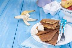 Crêpes traditionnelles faites maison avec le fruit et la banane Nourriture de calorie Fleurs lumineuses de petit déjeuner américa photos libres de droits