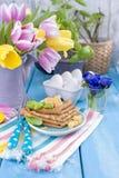 Crêpes traditionnelles faites maison avec le fruit et la banane Nourriture de calorie Fleurs lumineuses de petit déjeuner américa images stock