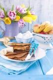 Crêpes traditionnelles faites maison avec le fruit et la banane Nourriture de calorie Fleurs lumineuses de petit déjeuner américa photographie stock