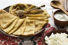 Crêpes ukrainiennes minces, fromage blanc, crème aigre dans une vaisselle photographie stock libre de droits