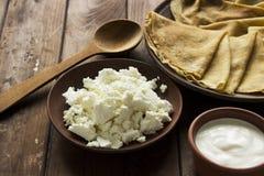 Crêpes ukrainiennes minces, fromage blanc et crème aigre dans un crocke photographie stock