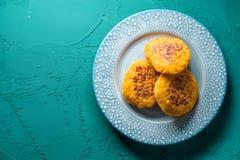 Crêpes végétariennes de crêpe sur un espace libre bleu de plat Photos libres de droits