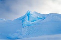 Crête bleue de glace en Antarctique Photos stock