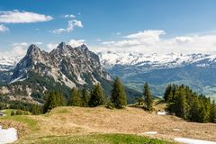 Crête de Kleiner Mythen avec les Alpes neigeux à l'arrière-plan photographie stock libre de droits