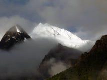 Crête de l'Annapurna II couvert en nuages de mousson Photographie stock libre de droits