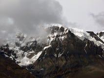 Crête de l'Himalaya est de Chulu enveloppée en nuages de mousson Photographie stock