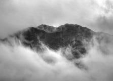 Crête de la colline rocheuse au-dessus du village de St Fillans dedans Image stock