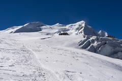 Crête de Mera derrière le passage de La de mera dans la région de Mera, montagne de l'Himalaya Images stock