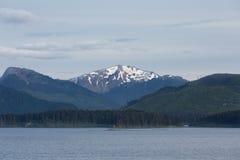 Crête de Milou au delà des montagnes vertes de l'Alaska Photo stock