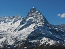 Crête de montagne élevée et pointue images stock