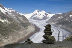 Crête de montagne avec des pyramides au-dessus du glacier Aletsch Suisse photos libres de droits