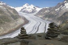 Crête de montagne avec des pyramides au-dessus du glacier Aletsch Suisse images stock