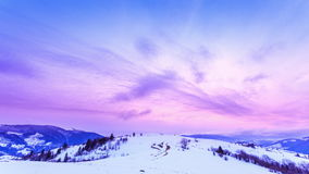 Crête de montagne avec le coup de neige par le vent Horizontal de l'hiver Jour froid, avec la neige banque de vidéos