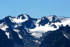 Crête de montagne avec le dessus de neige Photographie stock libre de droits