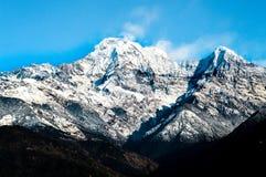 Crête de montagne couronnée de neige d'Annapurna image stock