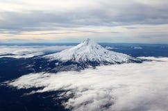 Crête de montagne couronnée de neige de l'air Photos stock