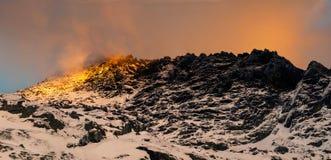 Crête de montagne d'or sur le coucher du soleil Hauts tatras photographie stock libre de droits