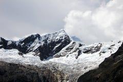 Crête de montagne dans le Blanca péruvien de Cordillère Photographie stock