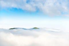 Crête de montagne dans les nuages Image libre de droits