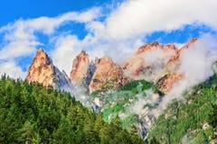 Crête de montagne dans les nuages en Italie Photo stock
