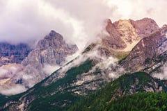 Crête de montagne dans les nuages en Italie Images stock