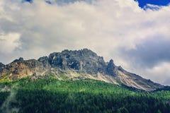 Crête de montagne dans les nuages en Italie Images libres de droits