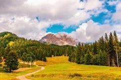 Crête de montagne dans les nuages en Italie Image stock