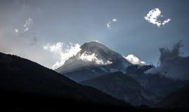 Crête de montagne de Kazbeg au coucher du soleil Photos libres de droits